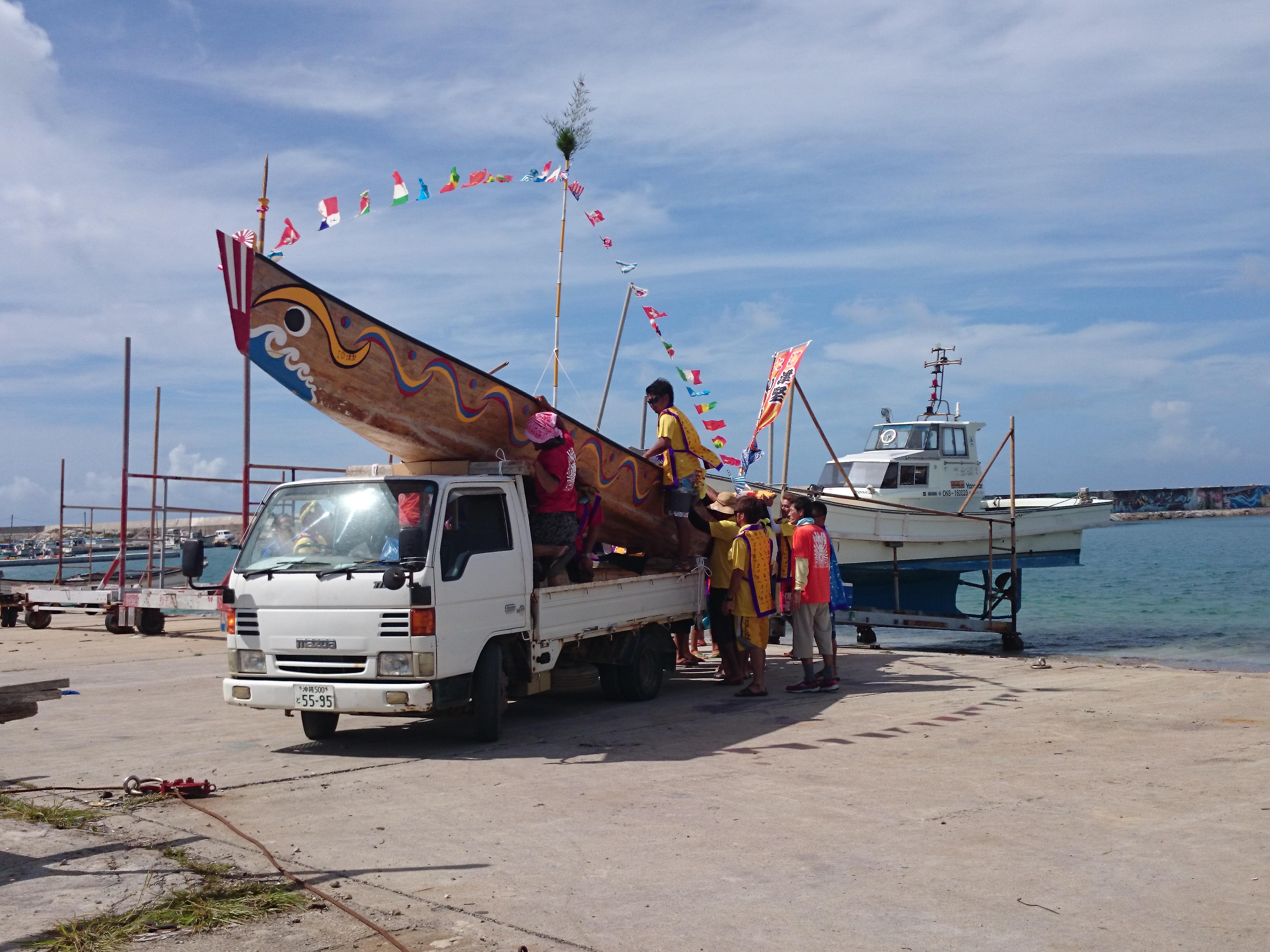 用卡車運龍舟