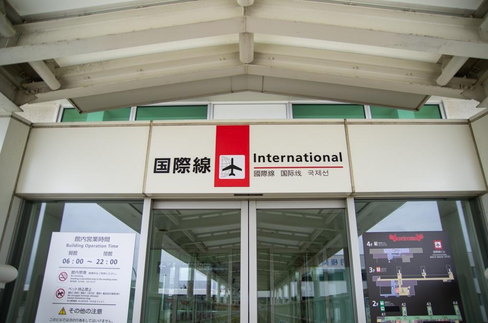 沖繩|那霸機場新航廈開幕!好逛好買x坐廉航不再擠公車!