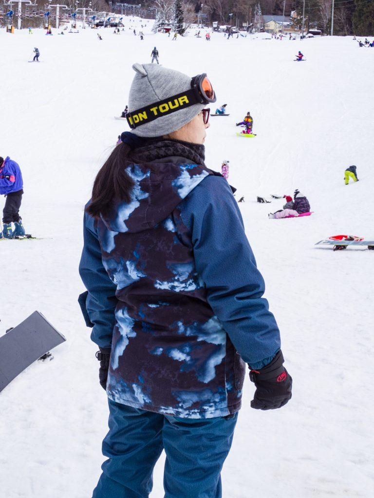 女生滑雪服背面