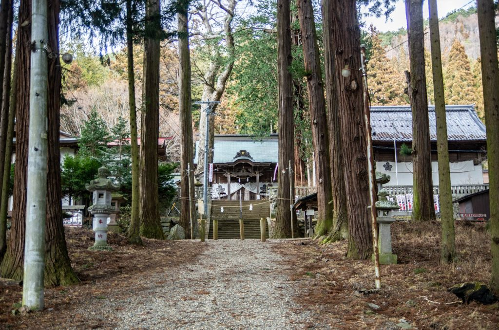 新海三社神社正面