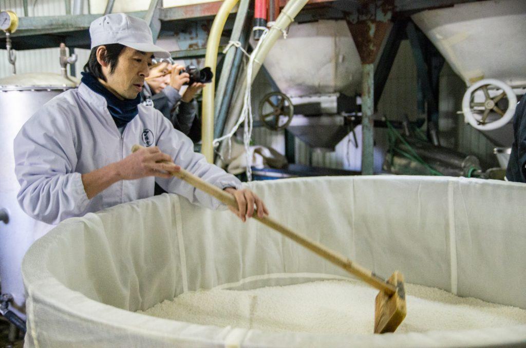 職人將米撥均勻