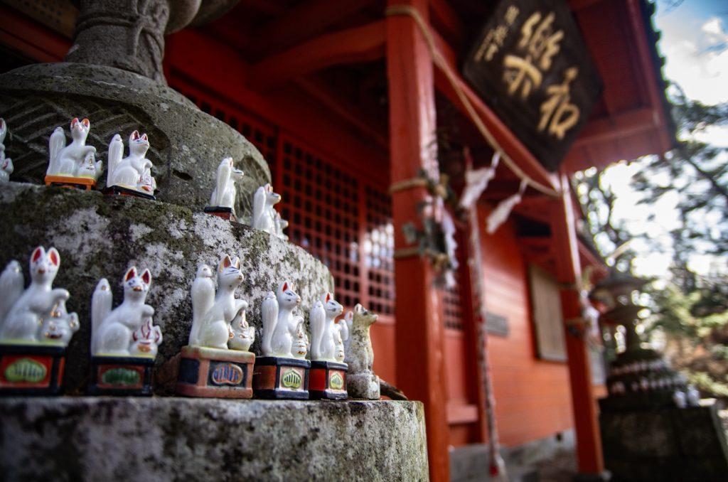 佐久稻荷神社狐狸雕像