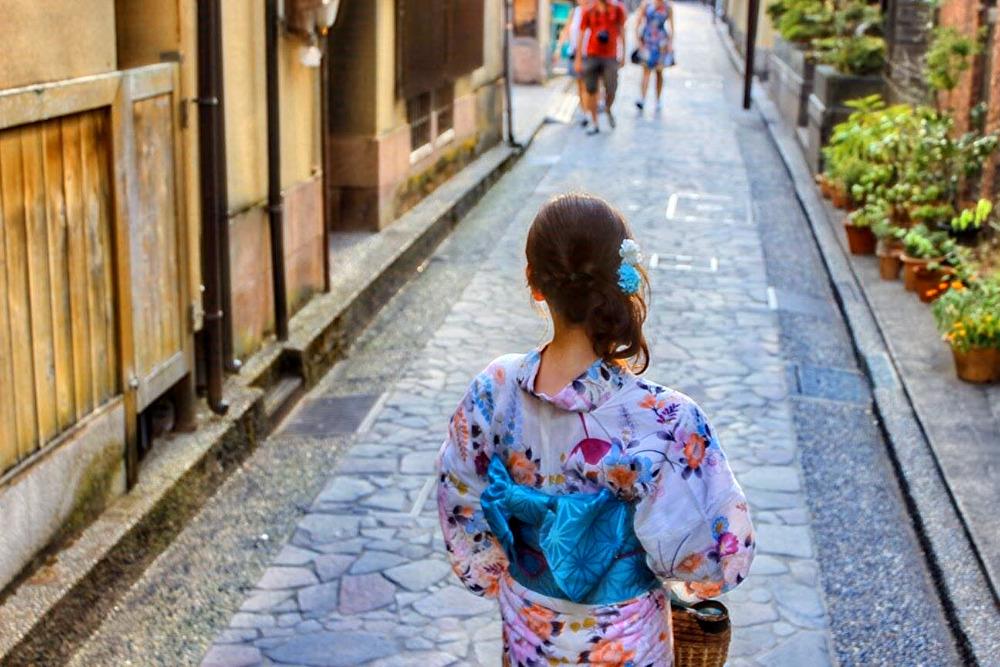 在日式景點地方穿浴衣的女性