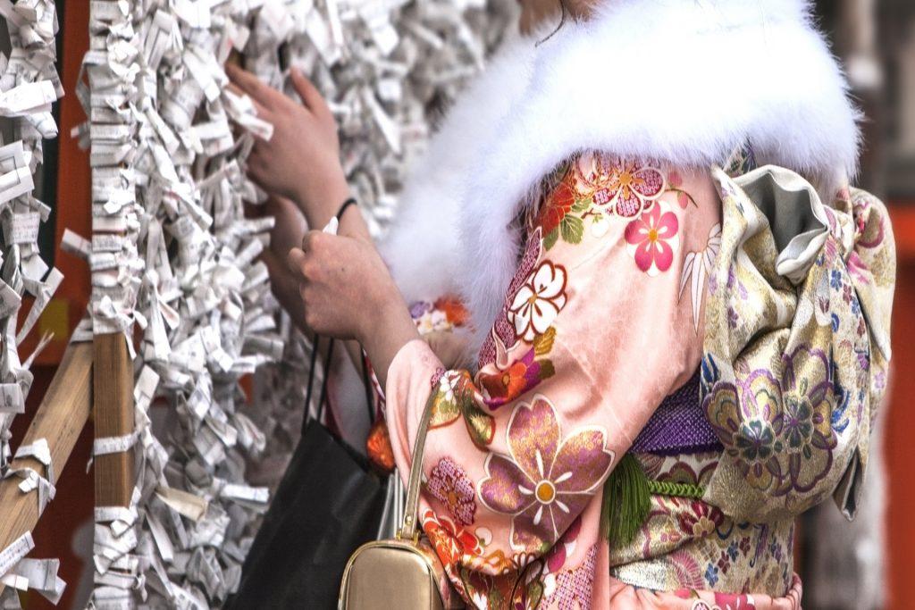 到神社參拜的日本新成人