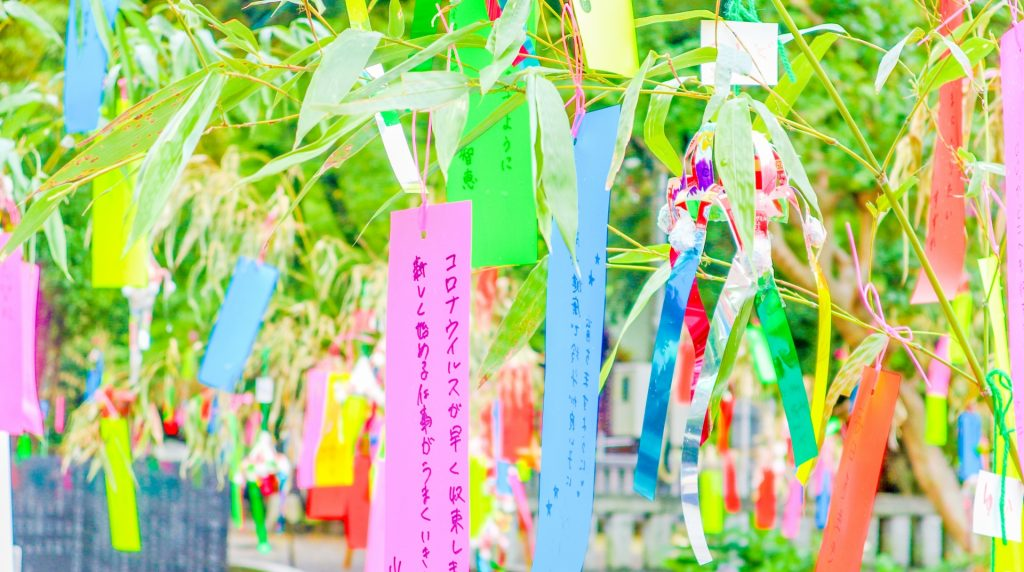 日本七夕在笹竹上綁短冊許願